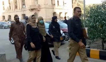 آرزو فاطمہ کی جانب سے دائر درخواست پر سماعت سندھ ہائی کورٹ میں ہوئی۔ اس موقع پر وکیل آرزو فاطمہ نے کہا کہ میری موکلہ درخواست دائر کرنا چاہتی ہیں کہ دارالامان انتظامیہ نے انہیں ملاقات کی اجازت نہیں دی